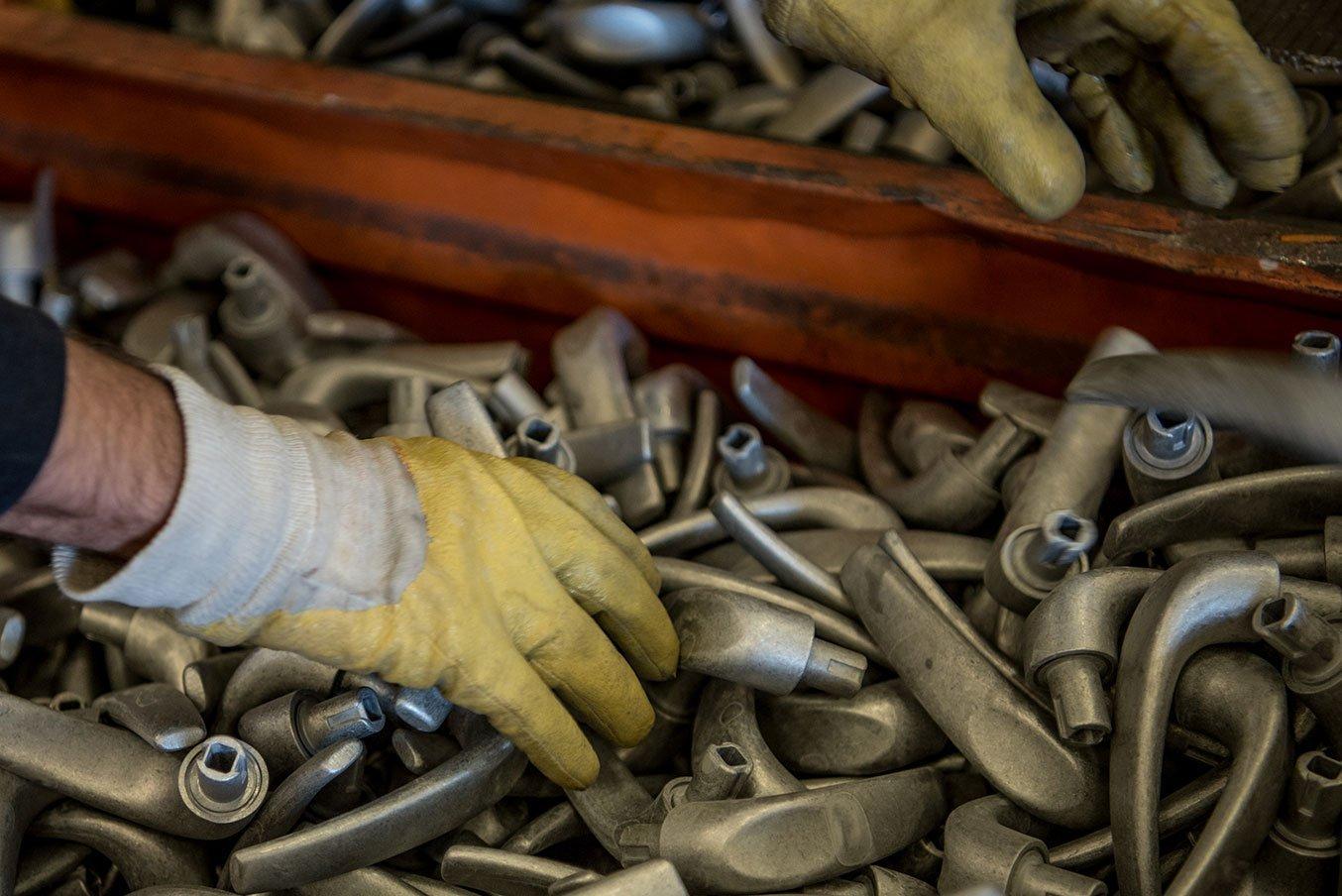 operaio controlla gli scarti di metallo